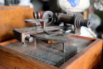 Ini namanya sekstan (sextant), dipake di sistem navigasi kapal laut. Di zaman yang udah canggih dan alatnya serba digital, alat ini masih dipake ga ya?