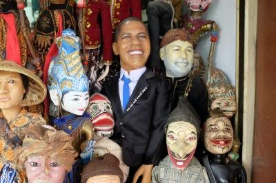 Ini dia contohnya, wayang golek Obama. Mungkinkah toko ini yang menyuplai wayang-wayang di acara Bukan Sekedar Wayang NET TV?