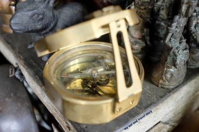 Kompas made in London. Ga tau kenapa, dari dulu saya seneng kalo ngeliat kompas yang semacam ini. Benda mekanis yang kecil tapi kompleks.