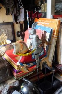 Unik, kesatria dari zaman pertengahan naik kuda. Dan ini terbuat dari logam juga. Intermezzo, ternyata kata yang baku bukan ksatria atau satria...