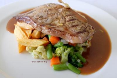 steaknya dari sudut lain, keliatan sayurannya yang ngumpet di bawah