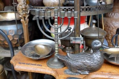 Tempat lilin khas Yahudi ini namanya Hanukkah Menorah. Ciri khasnya cabangnya ada tujuh.