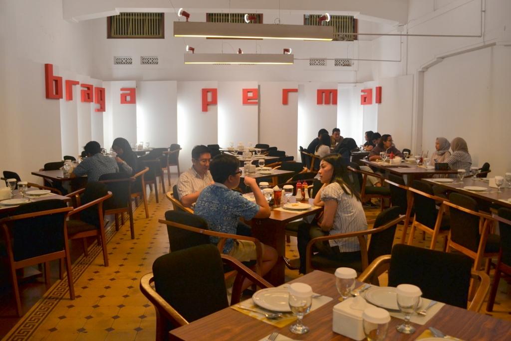 Braga Permai menghadirkan suasana kuliner legendaris Bandung yang berkelas